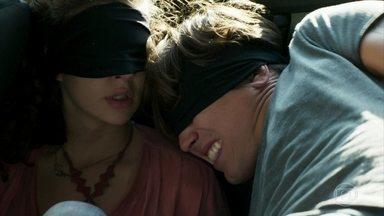 Rita e Rui são levados vendados no carro - A jovem pensa no que os bandidos vão fazer com eles. Rui tenta acalmar a amada