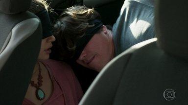 Rita e Rui são deixados na estrada - A jovem afirma que deseja denunciar o sequestro à polícia, mas Rui tenta fazê-la desistir da ideia