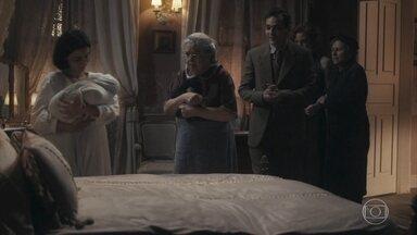 Olga se desespera ao ver Justina com Zequinha no colo - Zeca consegue tirar o filho do colo de Justina