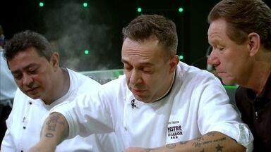 Carol Albuquerque e André Barros preparam seus pratos - Desafio é valorizar o jiló