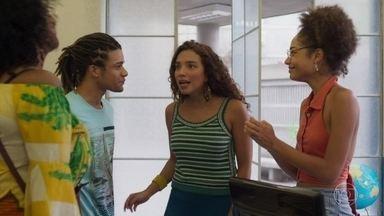 Alice comemora a volta de Waguinho para a escola - Todos celebram a melhora de Waguinho