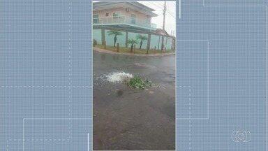 Moradores denunciam desperdício de água em Goiânia - Saneago disse que uma equipe está a caminho para resolver o problema.