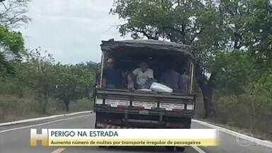 Transporte irregular nas carrocerias de caminhões coloca passageiros em risco no Piauí - Até o mês de outubro foram aplicadas mais de quatro mil multas nas estradas de todo o Brasil por transporte irregular, um aumento de quase 10% em relação ao mesmo período do ano passado.