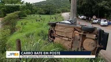 Carro bate em poste e deixa duas pessoas feridas em Goiânia - O acidente ocorreu na manhã deste sábado (7).