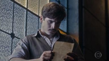 Alfredo lê a carta que Marion deixa para ele e se entristece - Ela confessa que Júlio foi o único homem que amou de verdade