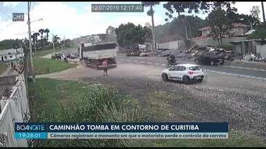 Caminhão tomba em contorno de Curitiba - Câmeras registram o momento em que o motorista perde o controle da carreta