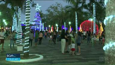 Em Paranavaí a chegada do Papai Noel movimentou a praça dos Pioneiros - Os moradores da cidade que esperavam para ver o bom velhinho aproveitaram para curtir a noite e a praça toda decorada em clima de Natal.