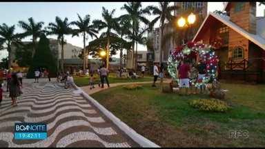 Moradores de Umuarama vão pras ruas do centro para esperar o Papai Noel - A chegada do Papai Noel levou muita gente com a família toda para o centro da cidade. E a casinha na praça Hênio Romagnolli virou diversão para a criançada.