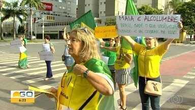 Grupo protesta em frente à Polícia Federal, em Goiânia - Manifestantes se reuniram com bandeiras, faixas e um carro de som.