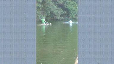 Rapaz morre afogado em lago no Parque Centenário - Jovem de 18 anos foi buscar bola que caiu no lago e não conseguiu sair da água.