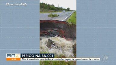 Perigo: motoristas reclamam de cratera no meio da BA-001 - Pista foi interditada para ônibus e caminhões.