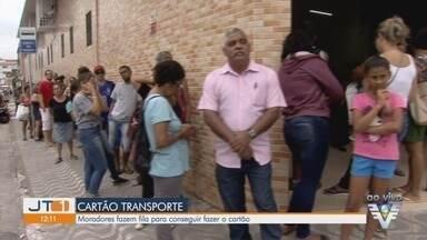 Moradores fazem fila para conseguir cartão transporte em São Vicente - Cartão é utilizado para evitar o pagamento de duas passagens na baldeação.