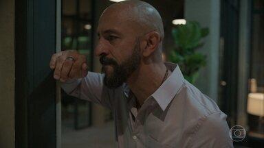 Álvaro se revolta contra Vicente e exige que o rapaz se afaste da cidade - Danilo mostra a confissão do garçom para Amanda
