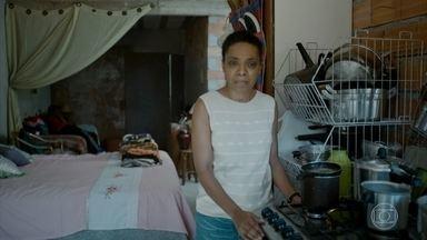 Dona Maria recusa dinheiro do tráfico - Cleiton afirma para a mãe que não vai conseguir ganhar o mesmo dinheiro que Gero conseguia com o crime