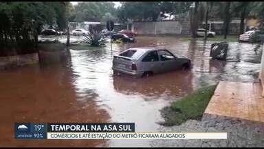 Chuva forte inunda ruas e comércios na Asa Sul - A água invadiu, também, a estação do metrô na 114 Sul.