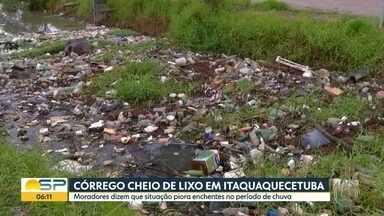 Córrego lotado de lixo causa transtorno a moradores de Itaquaquecetuba - Água não consegue escoar e acaba alagando as ruas da cidade. Quantidade de lixo assusta.