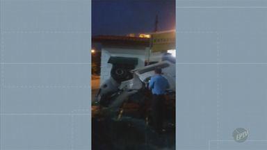 Motorista capota veículo furtado na Avenida da Saudade em Campinas - Acidente aconteceu na madrugada desta quarta-feira (11). O motorista não foi localizado. Não há interdição no local.