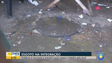 Esgoto na integração de João Pessoa é problema recorrente e prejudica transeuntes - Confira os detalhes com o repórter Antônio Vieira.