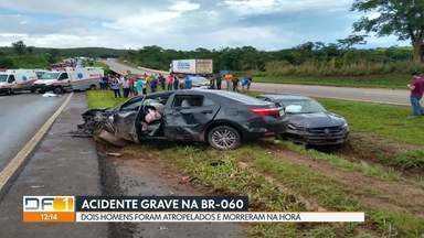 Acidente grave na BR-060 deixa dois mortos - Primeiro, dois carros bateram perto da ponte do Rio Descoberto. O motorista de um dos veículos desceu para pedir socorro e um homem chegou para ajudar. Foi nesse momento que um outro carro veio em alta velocidade e atropelou os dois, que morreram na hora.