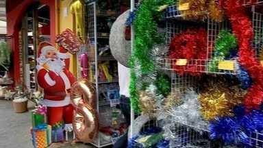 Repórter André Modesto monta decoração de Natal com enfeites baratos - Repórter monta decoração barata e dá dicas de enfeites para o Natal.