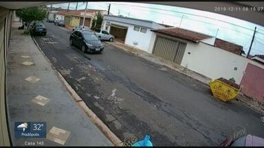 Dupla roubo carro no bairro Bancários em Ribeirão Preto - Ladrões aproveitaram distração do morador na entrada de casa para levar veículo.