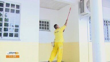 Presidiários atuam em obra de delegacia em Manaus - Projeto ajuda em redução de penas.