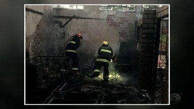 Incêndio destrói mecânica de automóveis em Campinas do Sul - Mais de 20 veículos pegaram fogo.