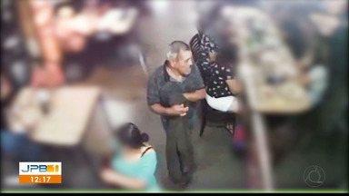 Flagrante de furto em restaurante de João Pessoa - Homem aproveita descuido e rouba a bolsa de uma mulher.