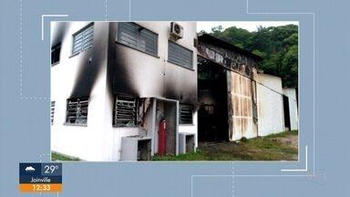 Incêndio atinge empresa de reciclagem em Araquari - Incêndio atinge empresa de reciclagem em Araquari