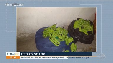 Escola municipal descarta grande quantidade de materiais escolares em Feira de Santana - Uma equipe da Secretaria Municipal de Educação esteve no local na manhã desta quarta-feira (11) para apurar o fato.