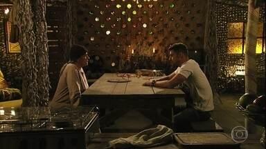 Jorginho busca a verdade entre Nina e Carminha com Lucinda - Lucinda tenta desconversar e esconde a verdade