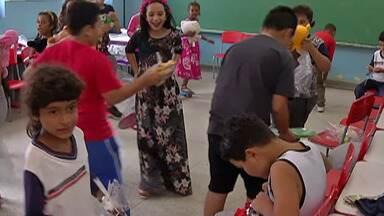 Crianças de Suzano recebem brinquedos doados em ação de Natal - Iniciativa da Polícia Militar vai atender cerca de 450 crianças da cidade.