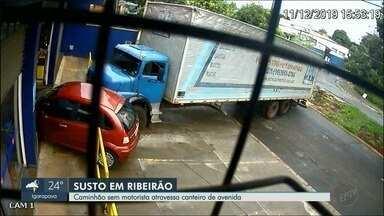 Caminhão sem motorista atravessa canteiro da avenida Patriarca em Ribeirão Preto, SP - Veículo bateu em um carro e quase foi parar dentro de um supermercado.