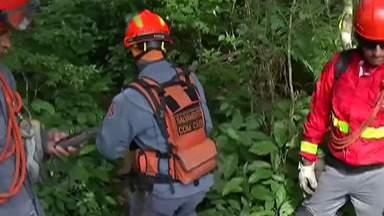 No 5º dia de busca por mãe de GCM desaparecida, bombeiros encontram objetos pessoais - Entre os achados estão um tênis e um celular. As equipes já tinham encontrado os óculos da mulher.