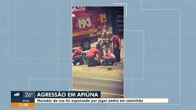 Morador de rua é espancado depois de jogar pedra em caminhão, em Apiúna - Morador de rua é espancado depois de jogar pedra em caminhão, em Apiúna