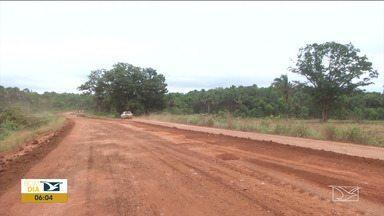 Agricultores recuperam estrada para escoar safra no Sul do Maranhão - Na região do Gerais de Balsas os serviços já começaram porque as obras do governo do estado estão paradas há mais de dois anos.