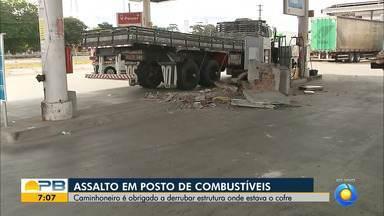 Grupo usa caminhão para derrubar parede e roubar cofre de posto de combustível, em JP - Caminhoneiro foi feito refém e obrigado a dar marcha ré no veículo e derrubar a estrutura do local. Quantia roubada não foi informada, mas cofre estava cheio e tinha capacidade para R$ 80 mil.