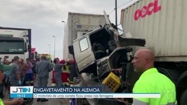 Engavetamento entre quatro carretas causa lentidão na Rodovia Anchieta - Acidente ocorreu na altura de Santos, por volta das 16h20.