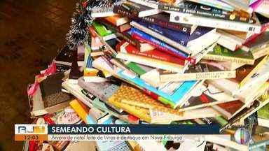 Árvore de Natal feita de livros é destaque em Nova Friburgo, no RJ - Qualquer pessoa pode pegar um livro que faz parte da árvore e levar para casa.