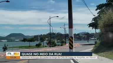 Motoristas reclamam dos postes ao longo da orla da Lagoa de Araçatiba, em Maricá, no RJ - Estruturas estão perto da rua e pode aumentar risco de acidente.
