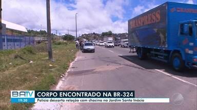 Corpo é encontrado na BR-324, atrás da estação de metrô do bairro do Retiro, em Salvador - A polícia descarta relação deste caso com o da chacina ocorrida no bairro Jardim Santo Inácio, na sexta-feira (13).