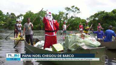 Papai Noel chega de barco e entrega presentes para crianças de Ururaí, em Campos - Doação aconteceu neste sábado (14).