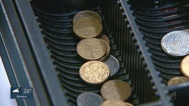 Lojas fazem promoção para atrair clientes com moedas em Ribeirão Preto, SP - Dinheiro guardado em cofrinhos por consumidores faz falta na hora do troco.