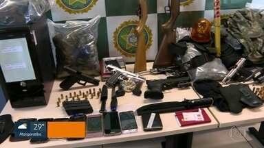 Polícia prende três pessoas em Nova Iguaçu durante operação contra milícia - A prisão foi em flagrante por porte ilegal de arma de fogo.