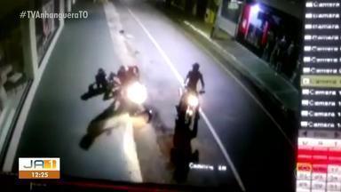 Câmera de segurança registra motociclista sendo derrubada de moto com pontapé - Câmera de segurança registra motociclista sendo derrubada de moto com pontapé