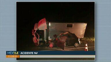 Jovem morre em acidente entre carro e caminhão na BR-277, em Matelândia - Segundo a PRF, a vítima de 22 anos, que dirigia o carro, invadiu a pista contrária e bateu de frente com o caminhão.