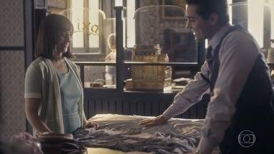 Clotilde e Almeida se encontram na loja e tentam ser amigos - Ela conta sobre a ideia de vender doces com Lola e ele revelas que ganhou o direito de receber a visita dos filhos