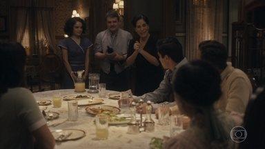 Afonso comunica a Lola que conseguiu uma grande encomenda de seus doces - Durvalina se emociona com jantar de despedida