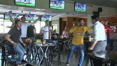 Flamenguistas de Ribeirão Preto comemoram vaga do time à semifinal do Mundial de Clubes - Amigos do goleiro Diego Alves se reuniram para acompanhar a partida.