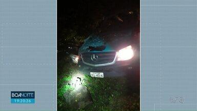Acidente deixa um morto e 14 pessoas feridas em Porto Iguaçu - Vítimas estavam em uma van que retornavam de consultas médicas em Curitiba.
